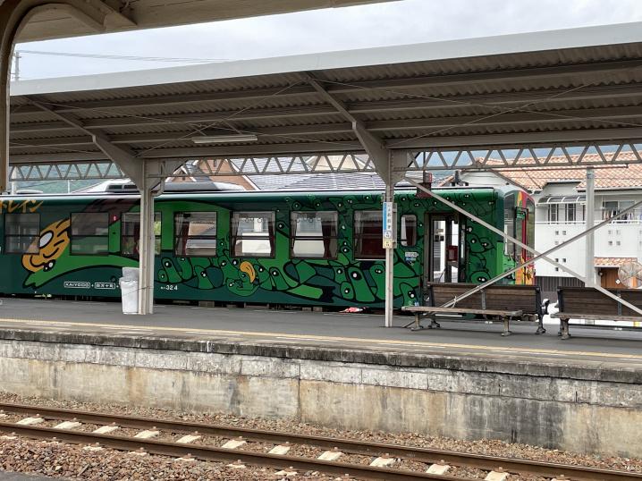 伊予大洲駅緑色の電車の画像